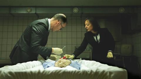 Antonella Berta mit dem Bestatter an einer Verstorbenen