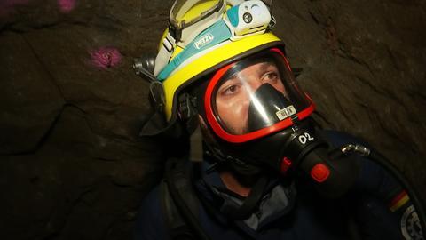 Ein THW'ler mit Atemschutzmaske in einem Stollen