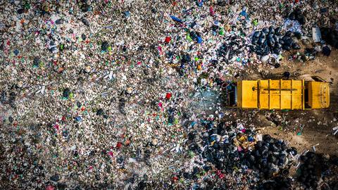 Müllauto auf einer Mülldeponie.