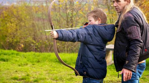 Kinderreporter Johannes Schulze (12) schießt in der Keltenwelt mit Pfeil und Bogen