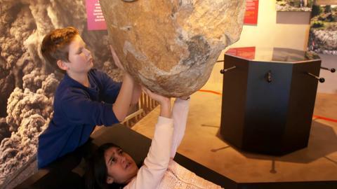 Anitya Chawla (11) und Johannes  Schulze (12) im Vulkaneum