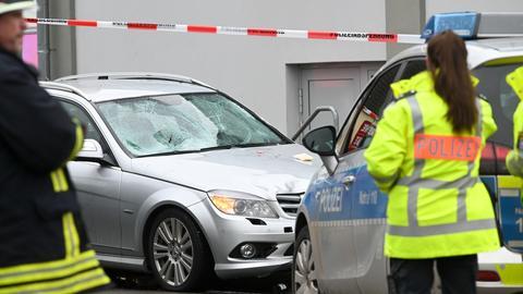 Das beschädigte Auto, das in den Rosenmontagsumzug in Volksmarsen gefahren ist