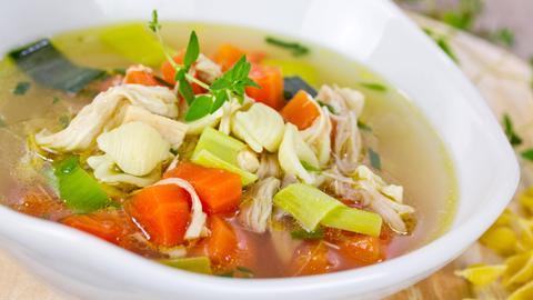 Hühnerbrühe mit Gemüseeinlage.