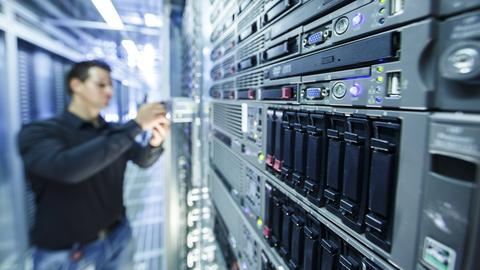 Ein Mitarbeiter posiert Rechenzentrum der Telekom-Tochter T-Systems in Biere (Sachsen-Anhalt) für ein Foto.