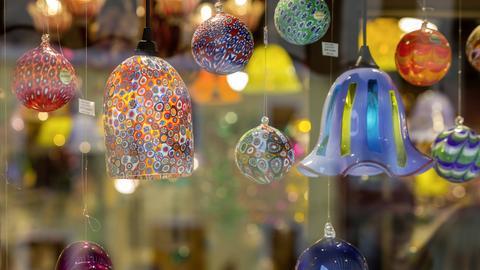 Bunte, hängende Glaskunstwerke in einem kleinen Laden in Murano.