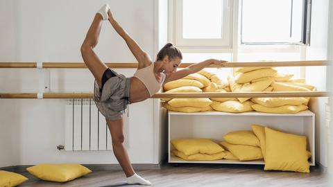 Junge Frau beim Barre Workout