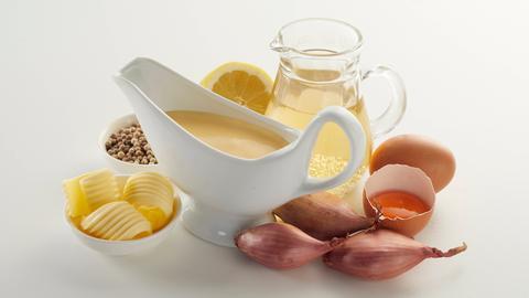 Alle Zutaten für eine klassische Sauce Hollandaise.