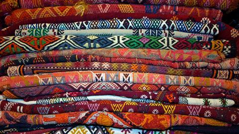 Vielle Teppiche aufeinander.