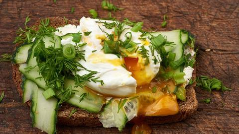 Pochiertes Ei auf Toast.