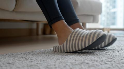 Füße in Hausschuhen.