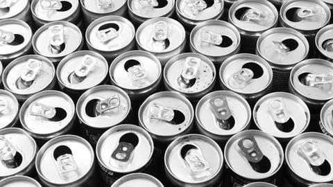 Viele geöffnete Getränkedosen in der Vogelperspektive.