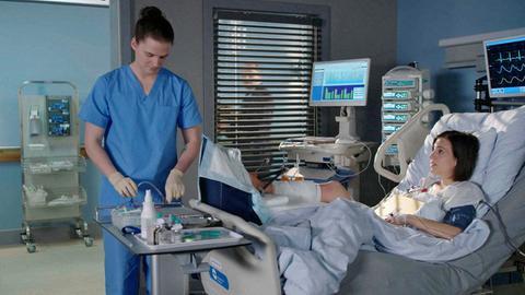 Tom (Tilman Pörzgen, l.) bereitet Sina (Zeynep Bozbay, l.) auf die Untersuchung vor. Sie probieren alles, um ihr Bein zu erhalten.