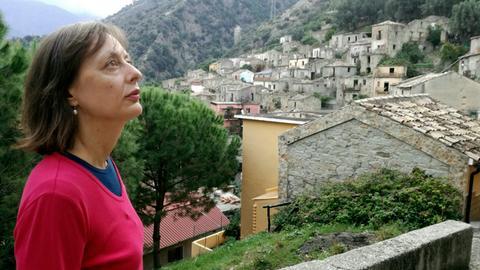 Die Filmautorin Antonella Berta in San Luca Aspromonte in Kalabrien. Die Entführungsindustrie war hier ein Hauptgeschäft der Ndrangheta.