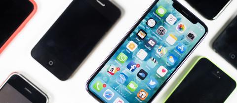 Mehre iPhone-Modelle liegen auf einem Tisch