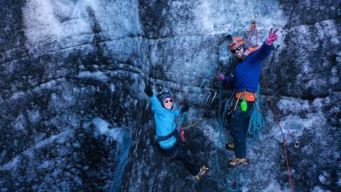 Island erleben - Reporterin Nina Heins macht Eisklettern auf Island