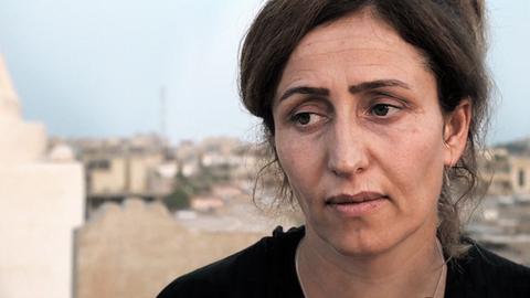 Portrait von Jesidin Najlaa Matto, die als junge Frau im Irak vom IS verschleppt und versklavt wurde.