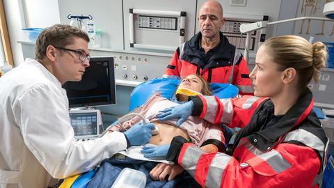 Ärzte behandeln eine Patientin im Krankenhaus.