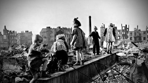 Spielende Kinder in den Trümmern der Nachkriegszeit.