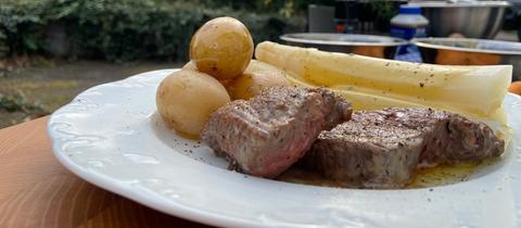 Das finale Ergebnis: Spargel mit Kartoffeln und Grillsteak.