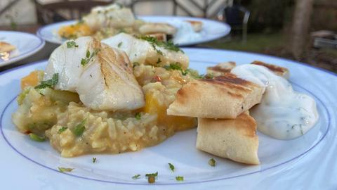 Kabeljau-Filet an Curry-Reis und Naan-Brot mit Honig-Minz-Dip