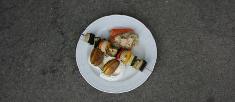 Geräuchertes Lachsfilet mitSenf-Radieschen-Topping, dazu Kartoffelnmit Zitronen-Quark und Gemüsespieß