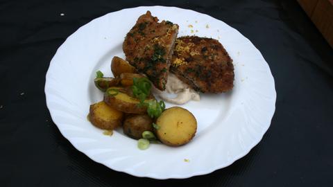 Kräuterschnitzel mit Schmand-Specksoße und Schwenkkartoffeln