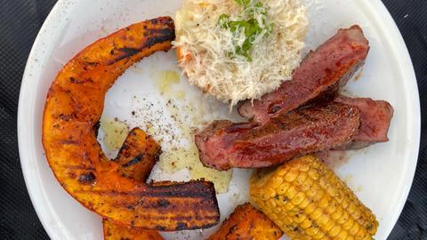 Steaks, Risotto, gegrillter Maiskolben und Kürbis.