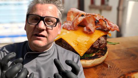 Klaus mit Burger im Hintergrund.
