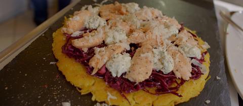 Kartoffelrösti mit mariniertem Rotkraut und Saibling an Merrettichschmand.