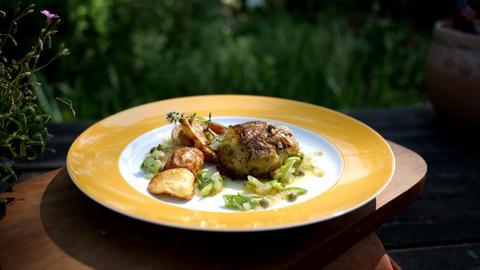 Kalbfleischfrikadelle im Spitzkohlmantel mit Ofenkartoffeln und Senf-Vinaigrette