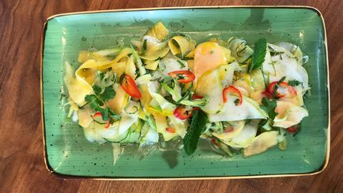 Obst-Gemüse-Salat auf länglichem Teller.