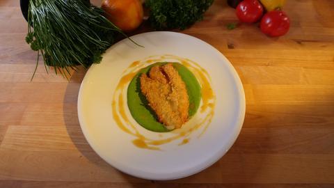 Gebackener Chicoree auf Feldsalatcreme mit Orangenkaramell