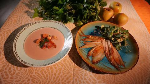 Gebratener Chicoree mit Salzkaramell, Feldsalat, Dijonvinaigrette und Haselnüssen