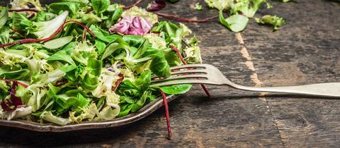 Grüner Salat auf einem Teller.