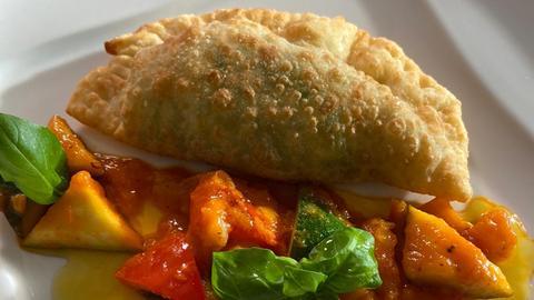 Gebackene Rucola-Parmesan-Taschen mit mediterranem Gemüseragout