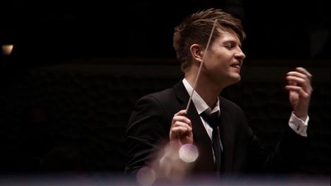 Ein Dirigent beim Dirigieren.