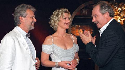 Filmszene: Richard (Friedrich von Thun, re.) ist glücklich darüber, dass Theresa (Saskia Vester) sich gegen Sebastian (Peter Sattmann) entschieden hat und wieder zu ihm zurück kommt.