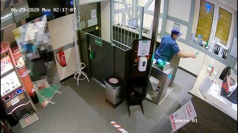 Überwachungsvideo eines Mannes, der mit gezücktem Messer einen anderen Menschen bedroht.
