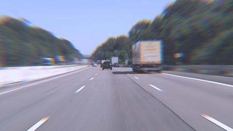 Hessischer Held stoppt betrunkenen Autofahrer auf der A3: verschwommener Blick durch die Windschutzscheibe eines fahrenden Autos auf der Autobahn.