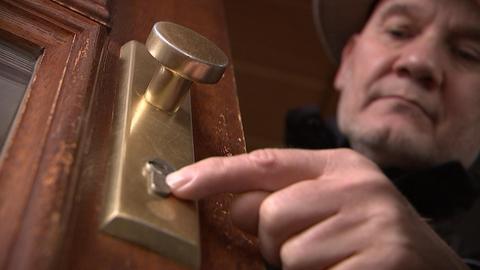 Einbruchsberatung: Eine Person deutet auf ein Türschloss.