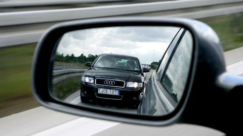 Ein Drängler fährt mit seinem Auto dem davorfahrenden Auto dicht auf