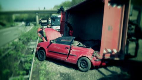 Das rote Unfallauto verkeilt im Kieslaster.