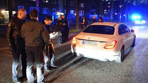 Polizisten kontrollieren einen Autofahrer.