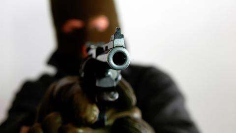 Ein Mann mit einer Pistole.