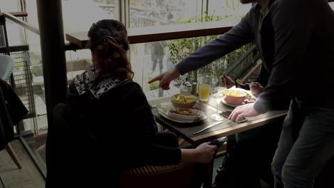 Trickdiebe stehlen im Restaurant oder Café Handys oder Portmonees