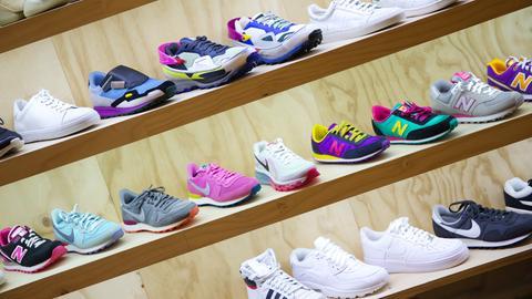 Sneaker in Regalen eines Geschäftes.