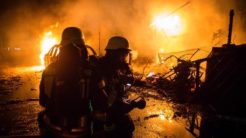Einsatzkräfte der Feuerwehr löschen in der Nacht zum 01.01.2018 ein Feuer auf einem Campingplatz in Heidesheim-Uhlerborn.