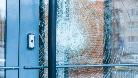 Eingeschlagene Fensterscheibe