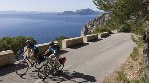 Zwei Radfahrer in den Bergen