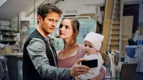 Erik (Roman Knizka) macht sofort ein Selbstporträt mit Jenny (Marie Zielcke) und dem Baby.